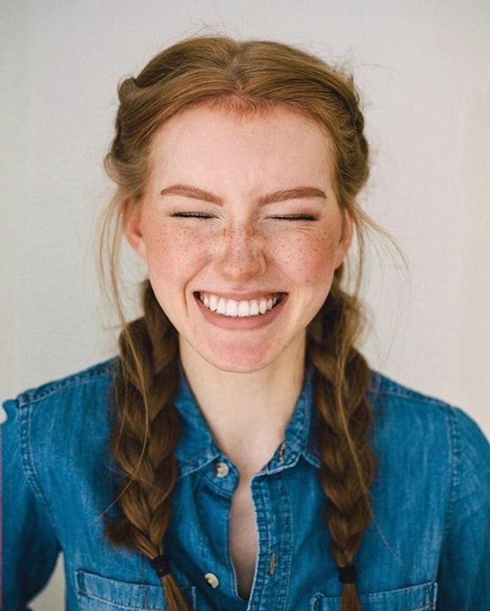 comment faire une tresse, idée traisse africaine sur le coté, fille cheveux roux longs, coiffire simple et facile, blouson jean, taches de rousseur