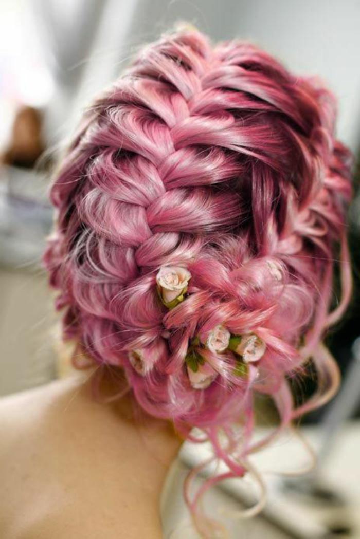 tresses collées, coiffure de mariage et cheveux lilas avec des fleurs en tissu