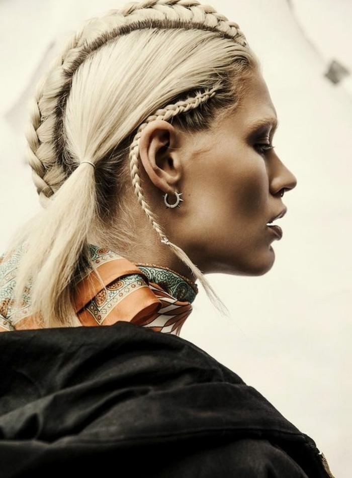 tresses collées, coiffure extravagante avec une tresse centrale descendante du front à la nuque