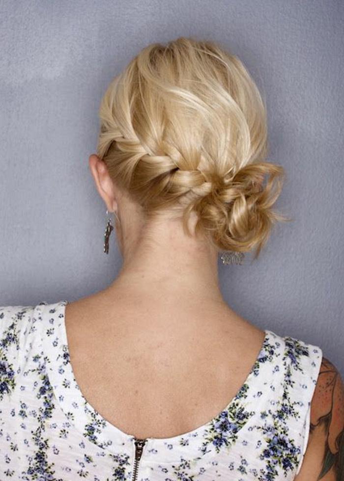 tresses collées, cheveux blonds, chignon de côté près de la nuque