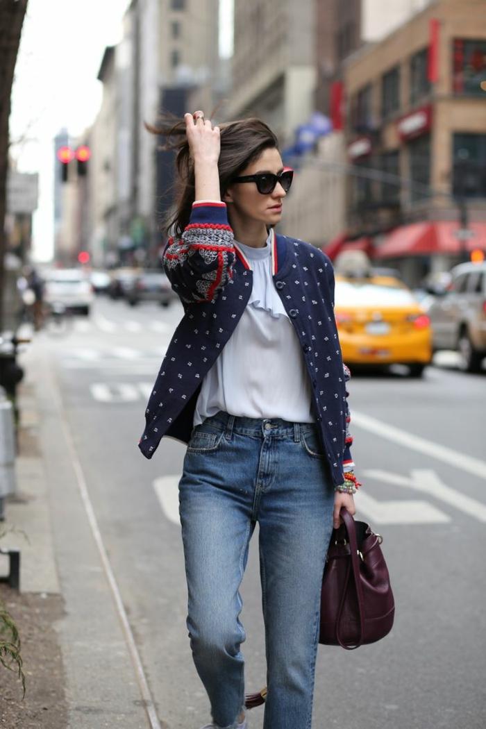 tenue chic femme moderne jean et veste ethno motif chemise bleu claire