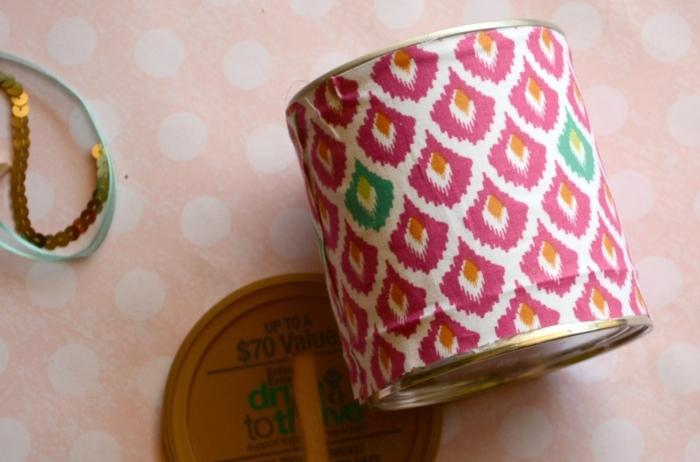 projet bricolage avec boite de conserve customisée avec un tissu à motifs multicolores, comment faire une tirelire originale soi meme