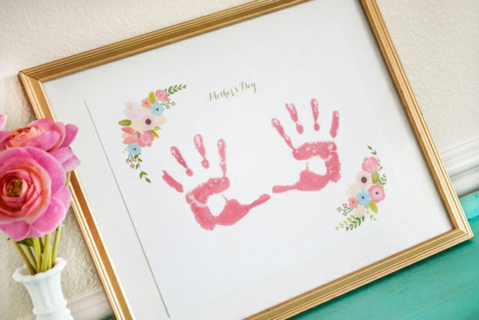 joyeuse fete des meres, tableau art avec des empreintes de main enfant et dessins de fleurs mutlicolores, cadeau pour la fête des mères