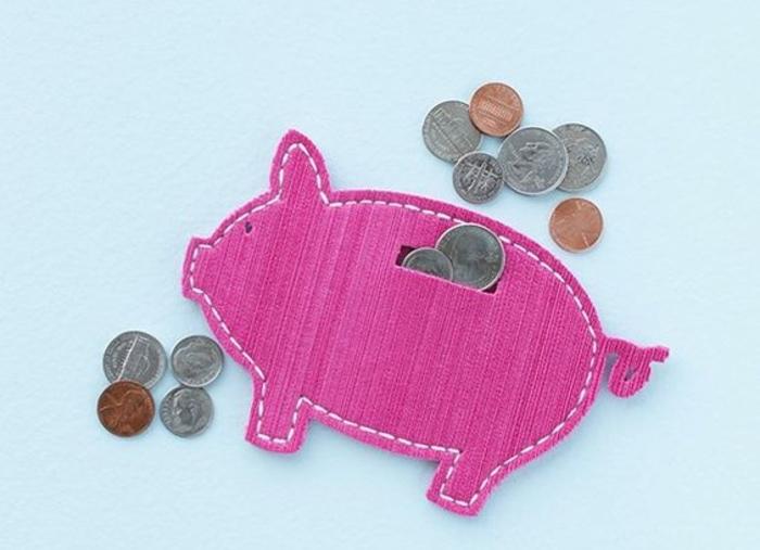 tirelire cochon en feutrine pour monnaies, idée comment garder son argent, bricolage couture facile à réaliser