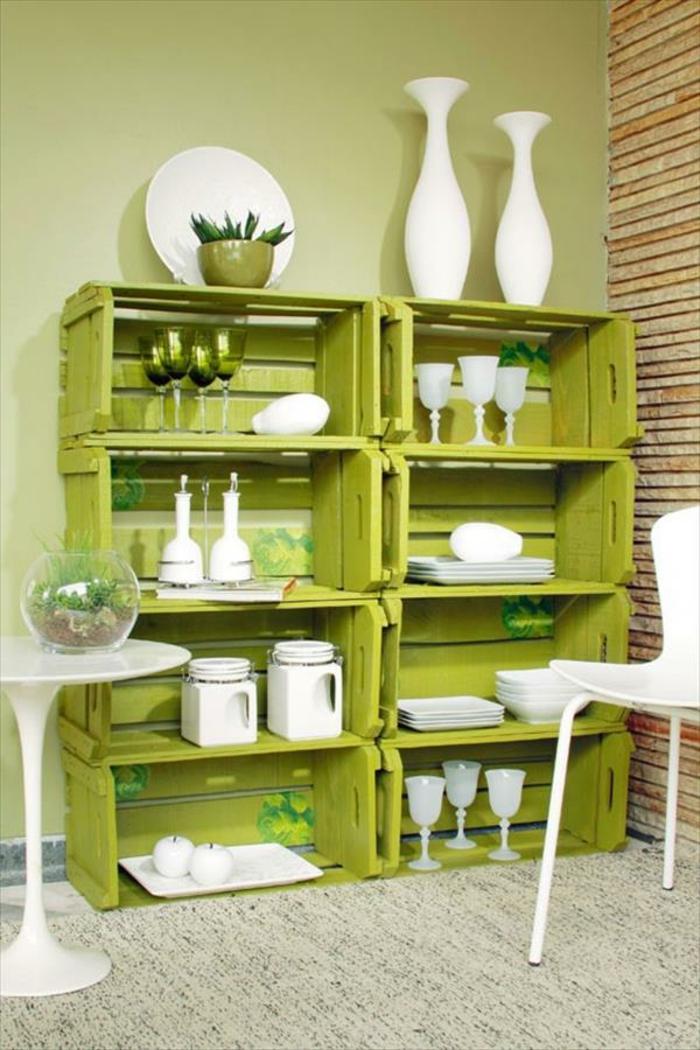 vaisselier cagette en bois vert pistache, pieces de vaisselle blanches, guéridon blanc, chaise blanche, mur couleur grise