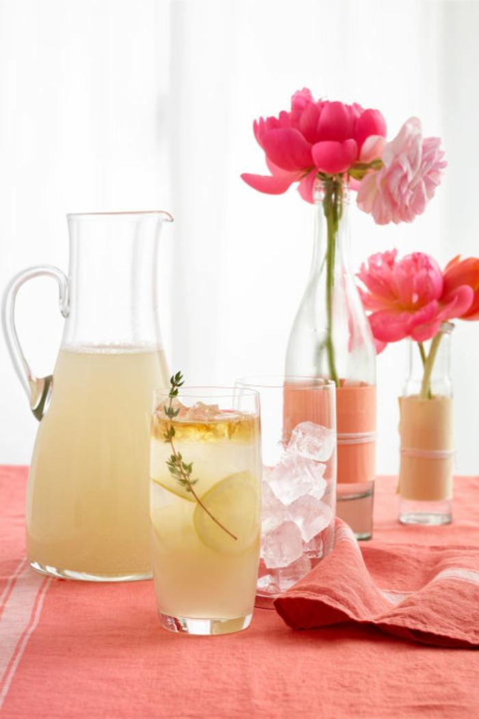 des verres et bouteilles en verre, customisés avec des bandes de masking tape, petites vases de fleurs, cadeau fête des mères