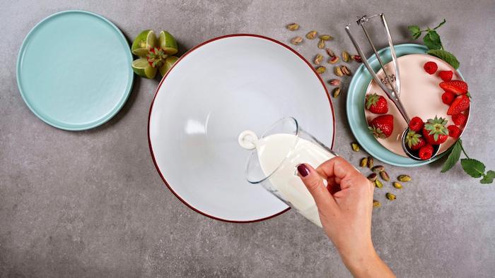 verser de la crème fraiche dans un bol pour faire nougat glacé gateau marquise simple a faire chez soi en été