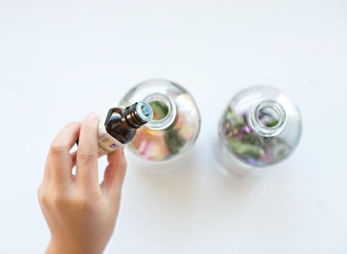 ajouter des huiles essentielle pour aromatiser, parfum lavande, idee fete des meres cadeau à fabriquer, parfum naturel dans un vaporisateur