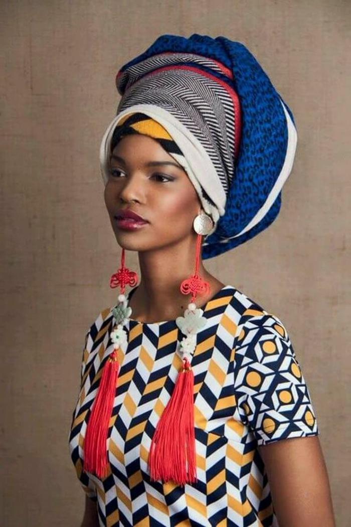 vetement africain, boucles d'oreilles pompons, robe à motifs graphiques