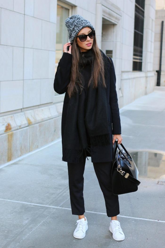 pantalon femme fluide, lunettes de soleil noires, sac à main noir, baskets blancs, écharpe noire
