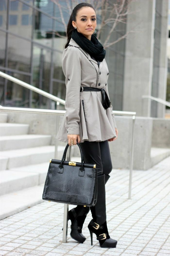 que mettre avec un pantalon noir, sac à main en cuir, bottines noires, veste grise, pantalon femme fluide