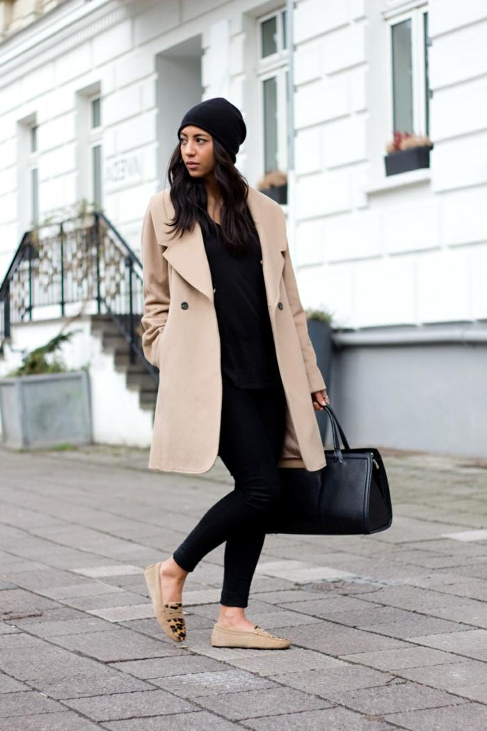 que mettre avec un pantalon noir, escarpins à motifs panthère, bonnet noir, blazer beige, sac à main en cuir