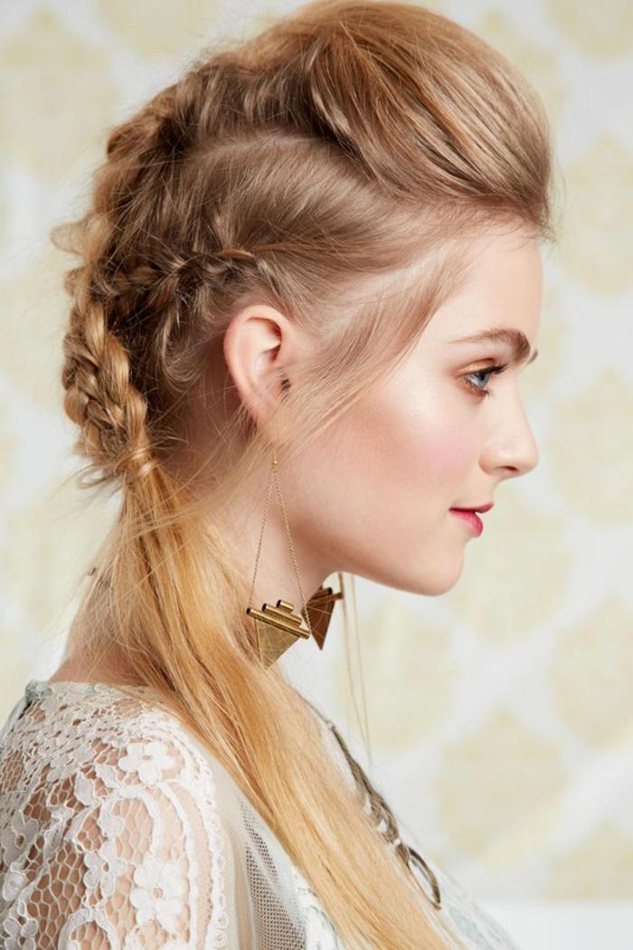 coiffure viking, chemise blanche en dentelle, collier en or, lèvres rouges, cheveux longs