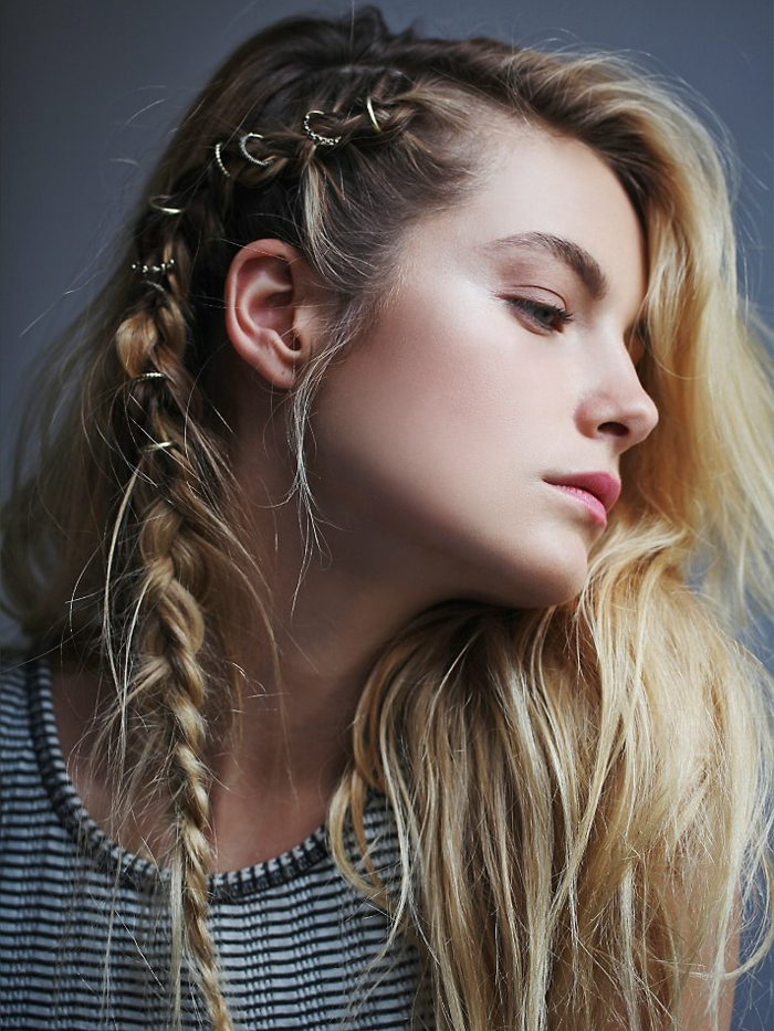 coiffure viking, maquillage naturel, lèvres rose, blouse rayé en blanc et noir, racines brunes, coloration blonde