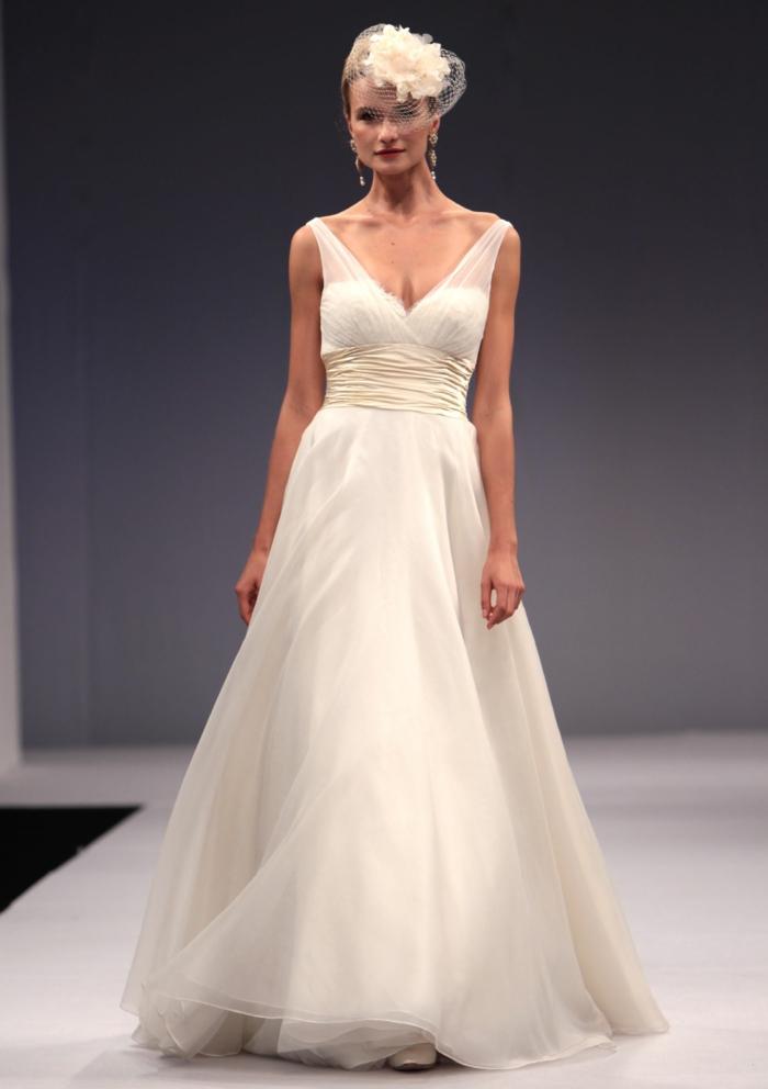 une robe mariée empire légère et aérienne à encolure échancrée et ceinture atinée, voilette orné de fausse fleur