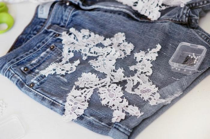 appliquer un motif en dentelle sur un jean shot, idée deco dentelle à réaliser soi meme, customiser un habit