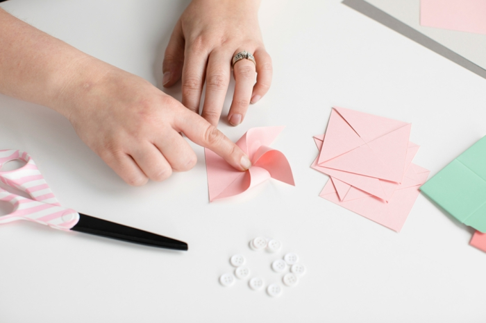 idée pour un joli emballage cadeau personnalisé, mini moulin à vent rose décoratif