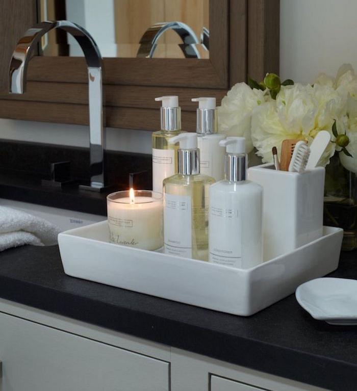 idée accessoire déco salle bain pour aménagement et reno salles de bains plateau blanc produits beauté rangement