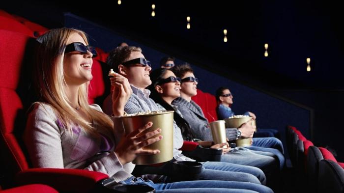 que faire quand on s ennuie avec une amie, film au cinema, boîte à pop corn, lunettes 3d, fille blonde