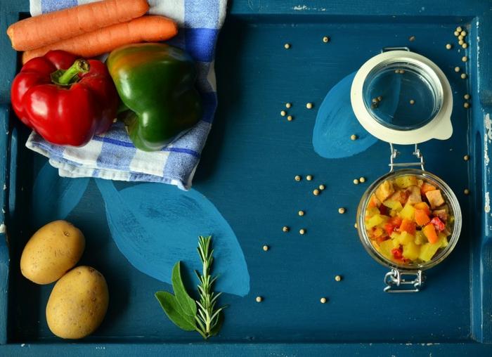 comment occuper son temps libre, légumes, recette de cuisine, pommes de terre, plateau bleu, bocal à légumes