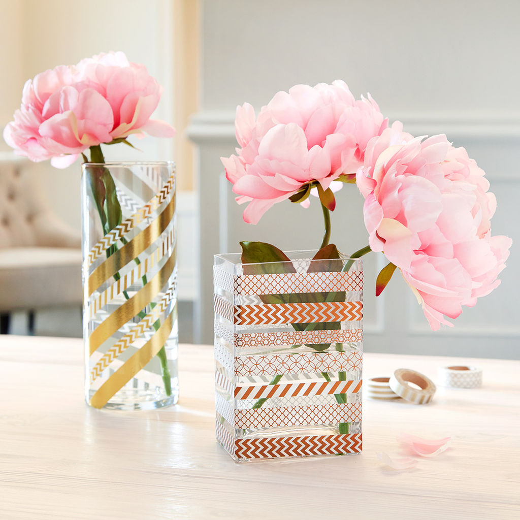 activite manuelle, vase et verre customisés de masking tape, des pivoines rose, bandes à motifs divers, activité créative