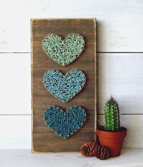 du string art sur réalisé sur une planche en bois décorative, des ficelles qui forment un coeur, idée activit manuelle pour adultes
