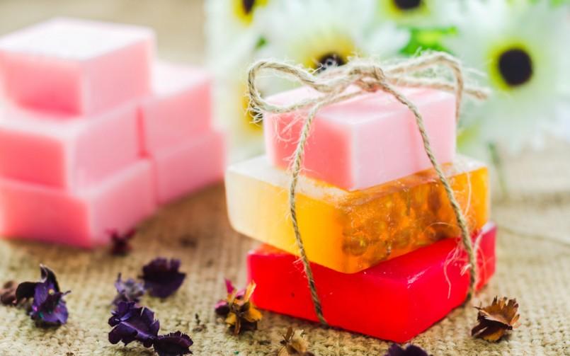 activité créative, idée comment faire du savon soi meme, couleurs et parfums divers, produit de toilette diy