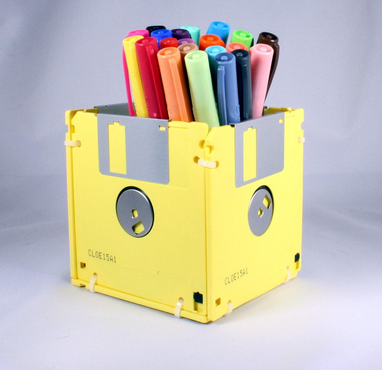 activité manuelle adulte, un pot à crayon fabriqué à partir de disquettes jaunes, rangement stylos a faire soi meme