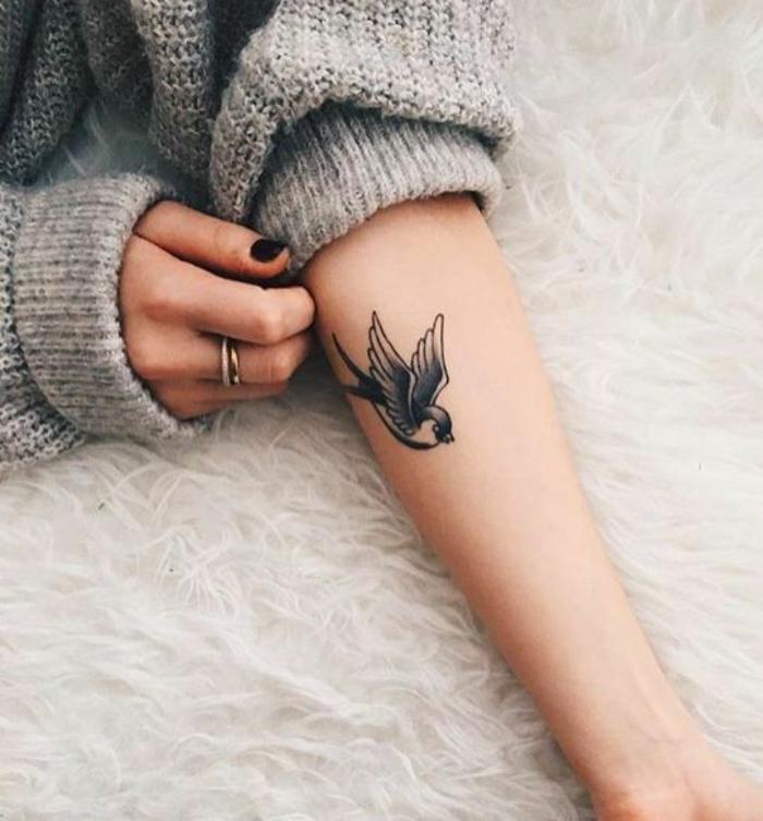 Tatouage oiseau sur le bras oiseau volant simple tatouage joli