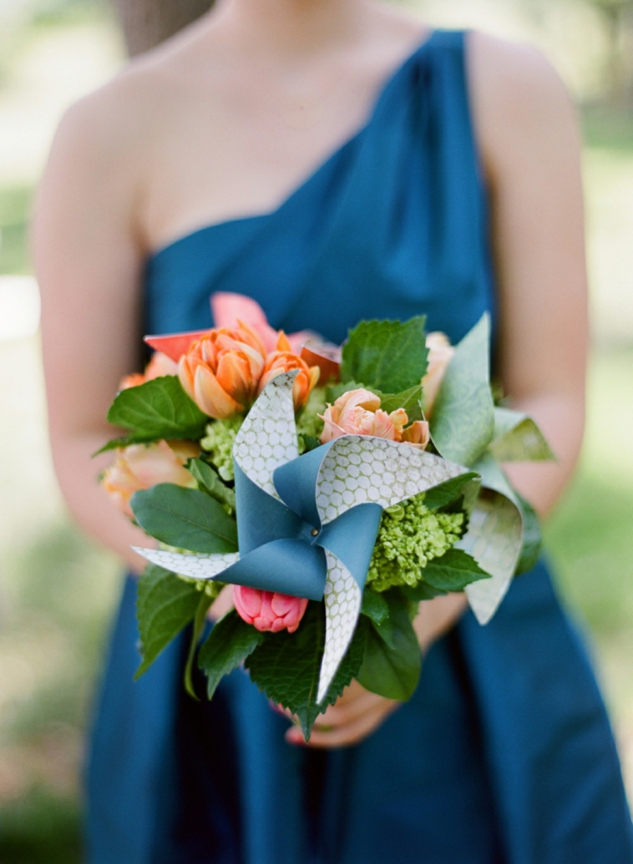 un joli bouquet de mariée composé de fleurs et d'un moulin à vent papier double face
