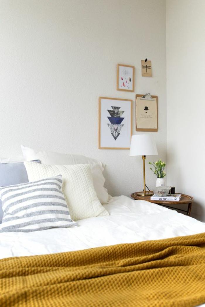 comment relooker une chambre à coucher pour une ambiance ensoleillée et estivale, plaid ocre jaune comme accent déco dans la chambre à coucher en blanc et gris