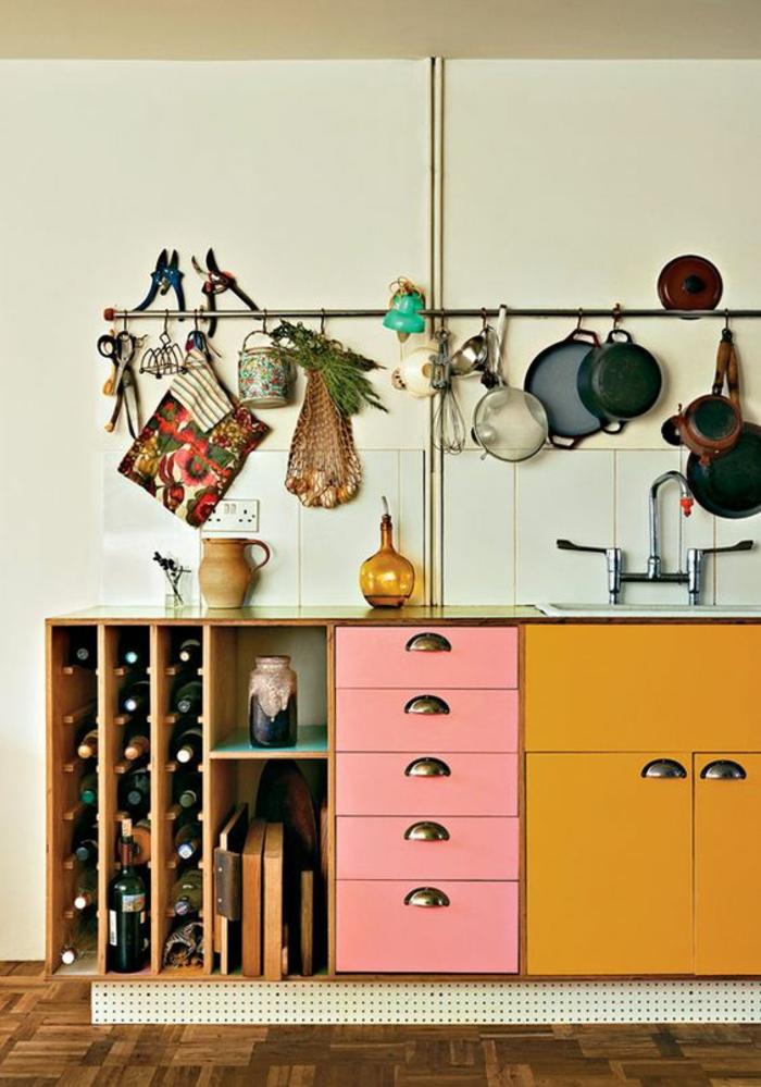 aménagement original d'une cuisine à la fois moderne et vintage, meubles de cuisine peint en couleur moutarde et rose