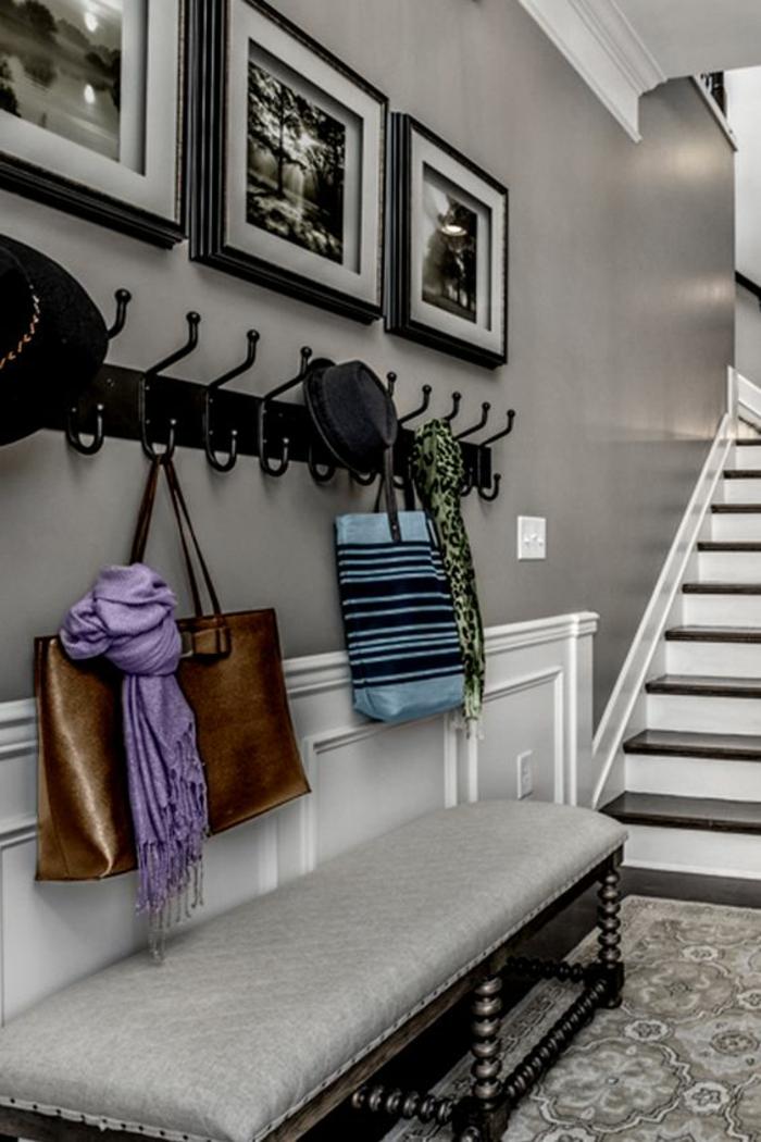 idee deco hall d entree maison en couleur grise claire et banc tapissé