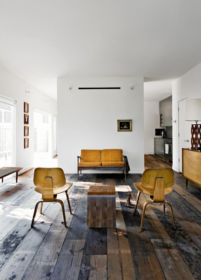 l'association harmonieuse de la teinte ocre jaune et du bois crée dans un salon esprit vintage