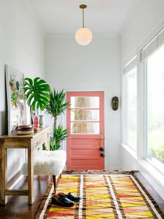 decoration hall d entree avec porte saumon et tapis aux couleurs vives et aux formes géométriques