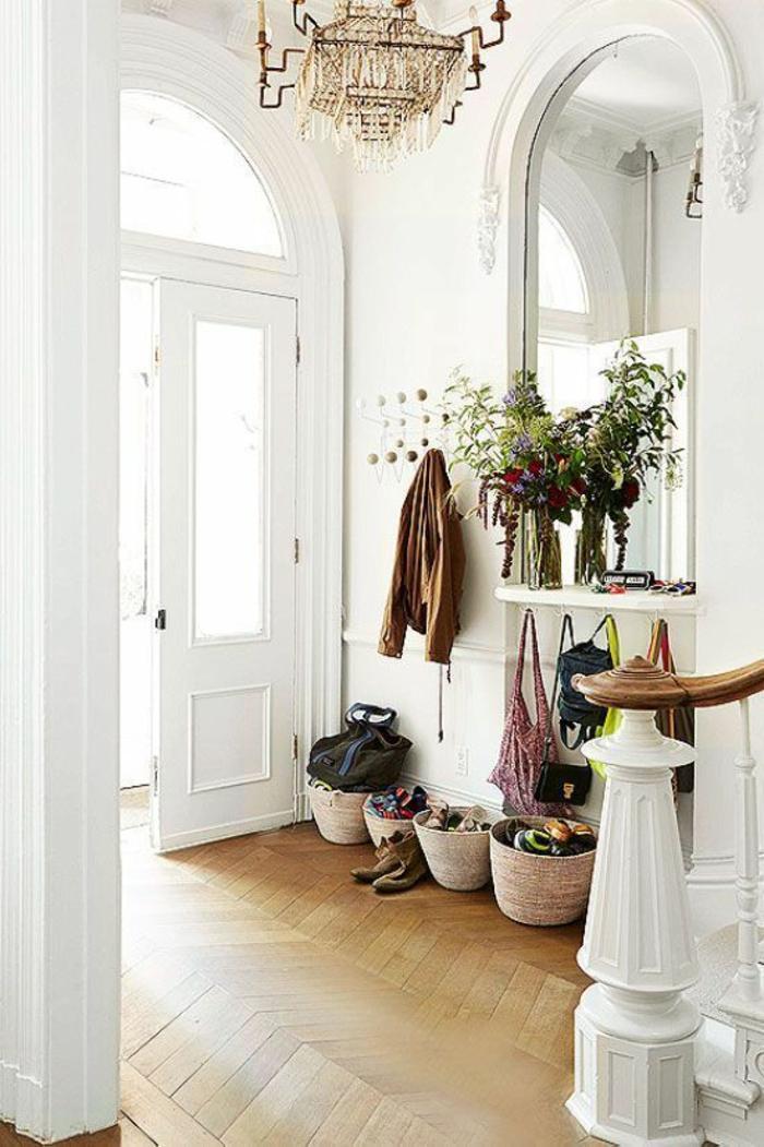 deco hall entree au grand miroir blanc de style classique avec un lustre imitation crystal