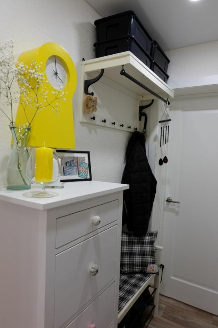 deco hall entree avec une grande horloge jaune et une bougie jaune solution petit espace
