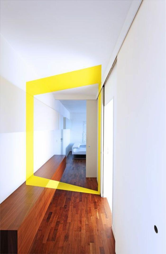deco hall entree avec détail géométrique en jaune pour une perspective hyper attractive