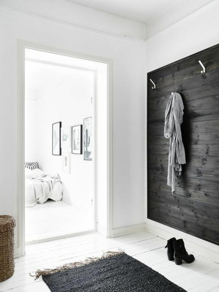 hall entrée maison avec mur en bois gris et tapis gris plafond haut