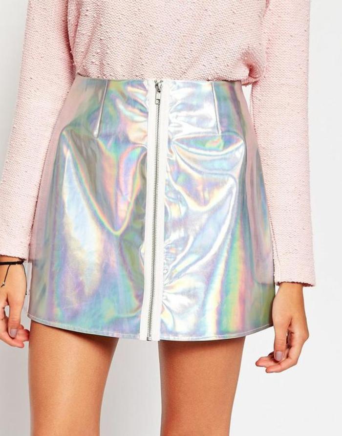 mode annee 80 jupe trapèze aux reflets métalliques irisés avec fermeture éclair devant et pull rose