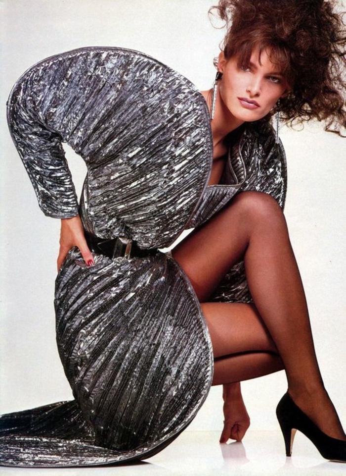 années 80 look mode du disco épaules largement soulignées taille ultra fine coiffure qui décoiffe maxi volume