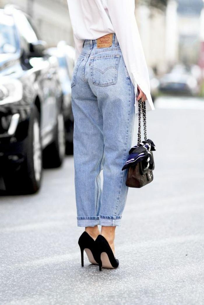 look années 80 jean denim clair retroussé avec talons aiguilles noires et mini sac noir