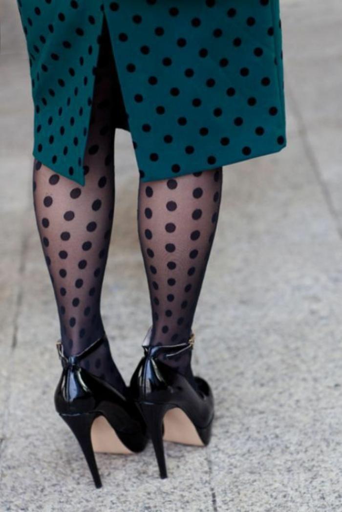 look des années 80 collants et jupe plumetis vert pétrole et talons aiguilles noirs