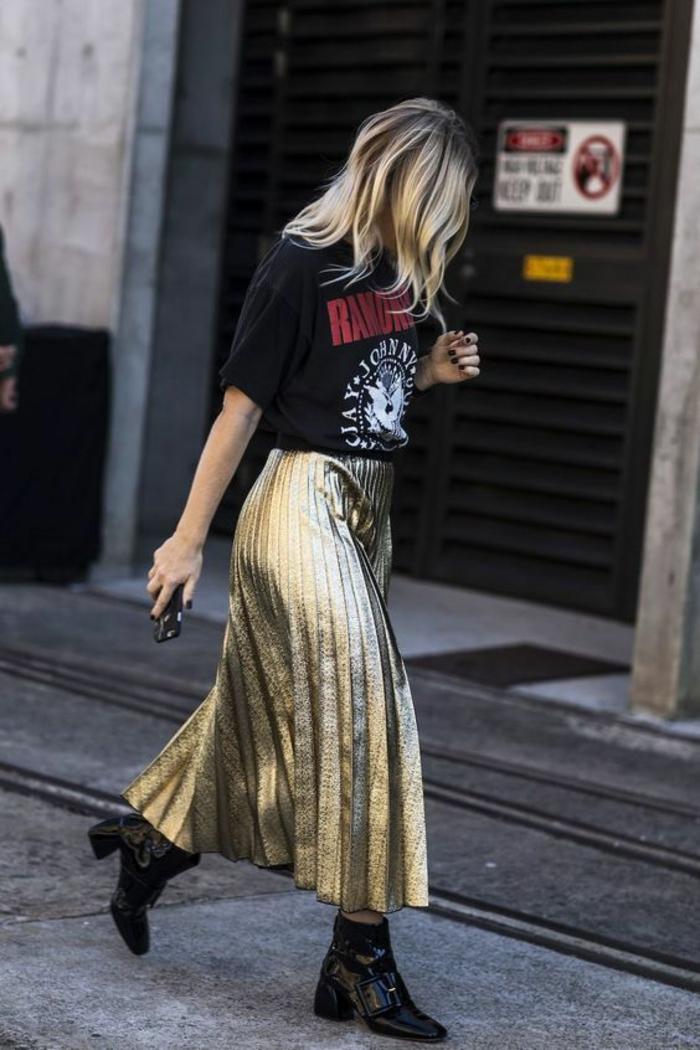 style vetement année 80 jupe plissée longue aux nuances dorés et tee shirt rock noir