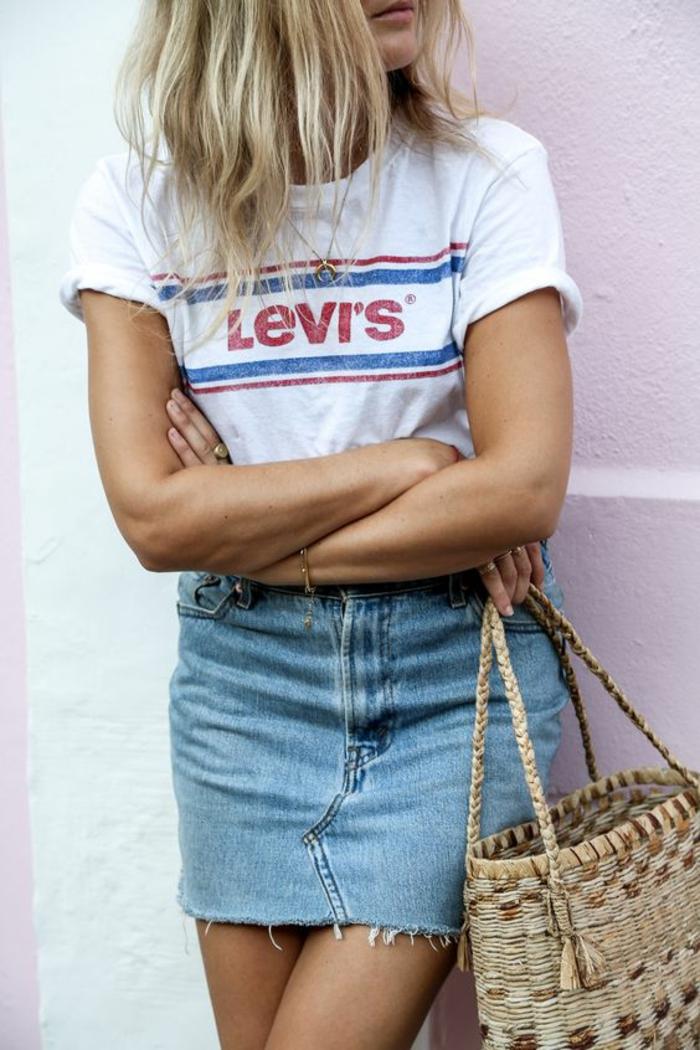 look des années 80 tee-shirt blanc Levi's avec mini jupe en denim clair
