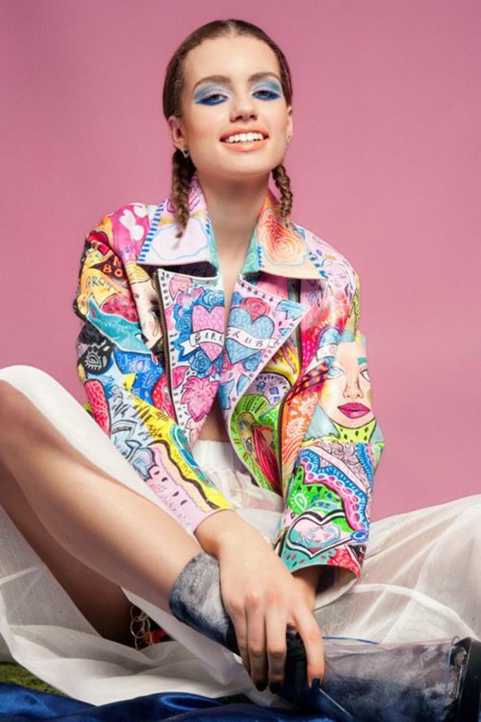 mode année 1980 femme couleurs pop dans un style grafitti veste grand revers maquillage des yeux en bleu électrique