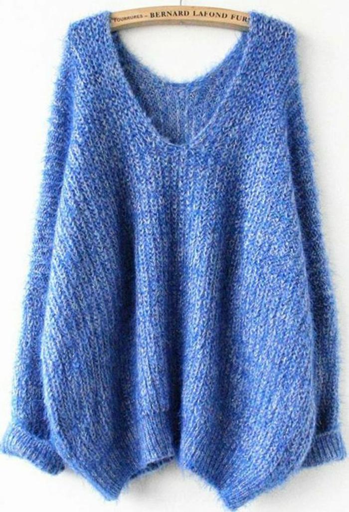 mode année 1980 femme look avec gros pull en bleu électrique et grand décolleté en V