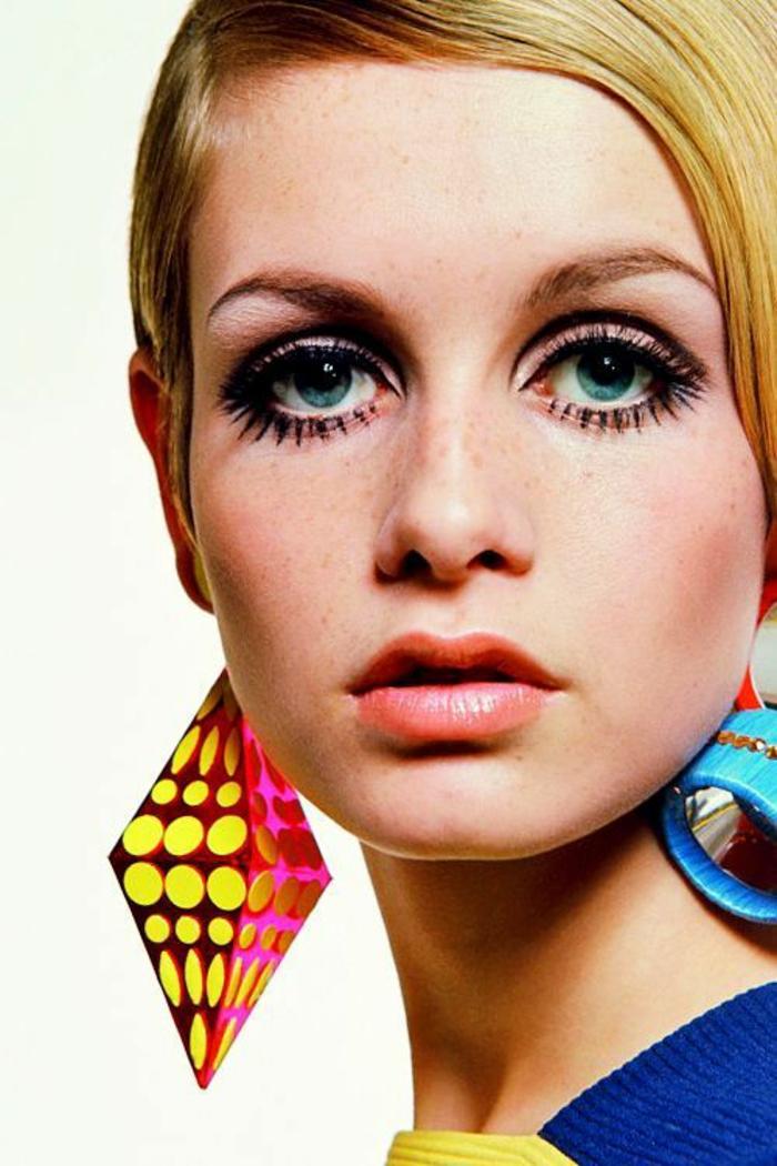 look annee 80 avec des boucles d'oreilles aux formes gometriques et aux couleurs délire