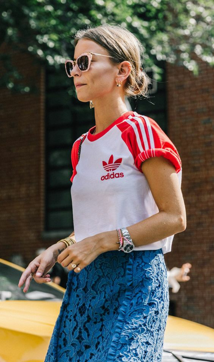 look annee 80 T shirt Adidas en blanc et rouge manches courtes retroussées