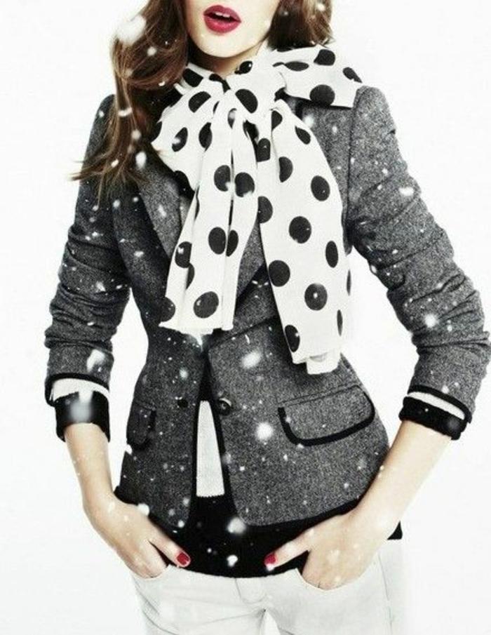 mode des année 80 veste tailleur en gris foncé avec blouse à grand noeud blanc à pois noirs
